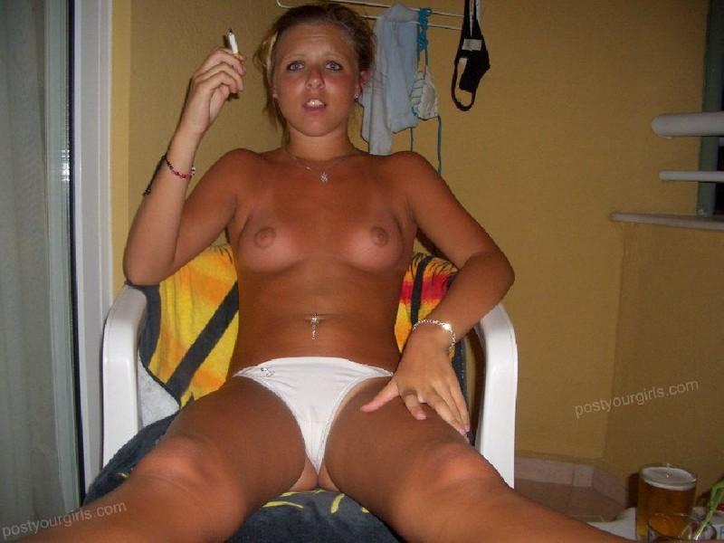 Милашка в отпуске принимает солнечные ванны без лифчика