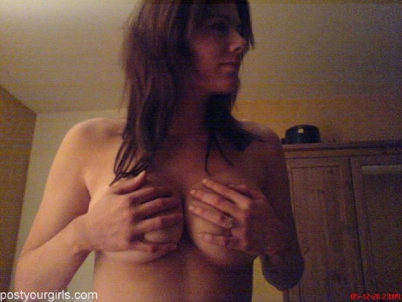 Вероника стесняется продемонстрировать крупные титьки в гостях секс фото