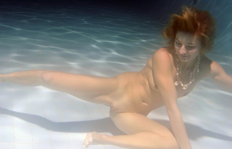Голая девка нырнула под воду в бассейне