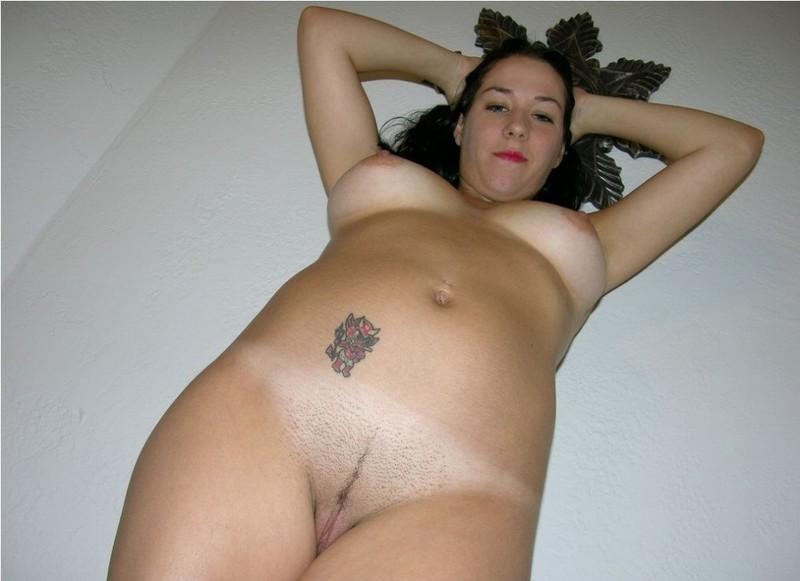 Обнаженная Вера разлеглась в койке секс фото
