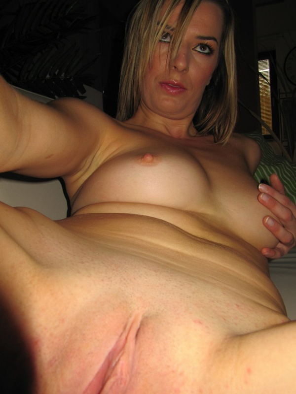 Нимфа широко раздвинула ноги на белоснежном диванчике смотреть эротику
