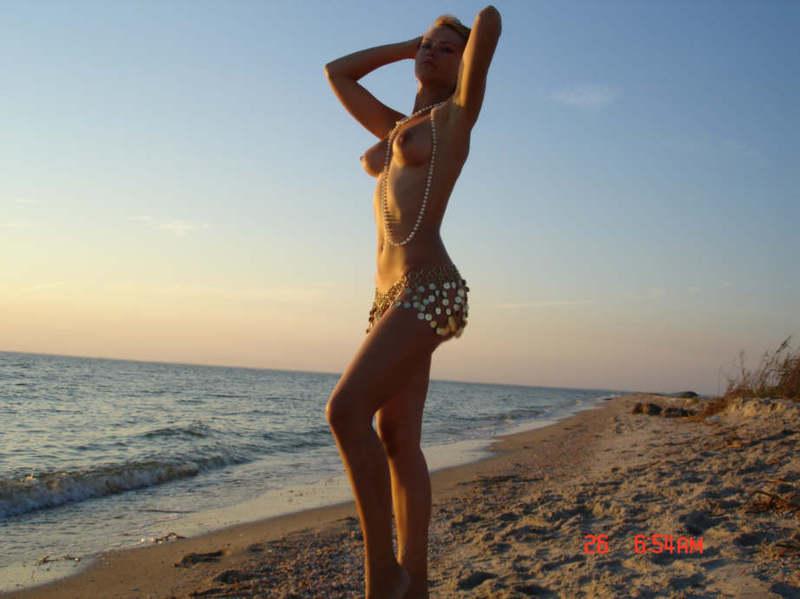 Сексуальная телка побывала летом в море без трусиков
