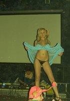Полуголая девка пляшет на пижамной вечеринке 9 фотография