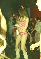 Полуголая девка пляшет на пижамной вечеринке 4 фотография