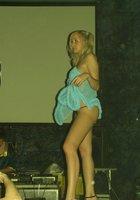 Полуголая девка пляшет на пижамной вечеринке 8 фотография