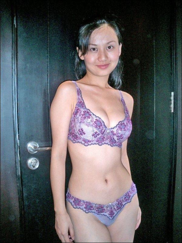 Страстная азиатка позирует дома в нижнем белье