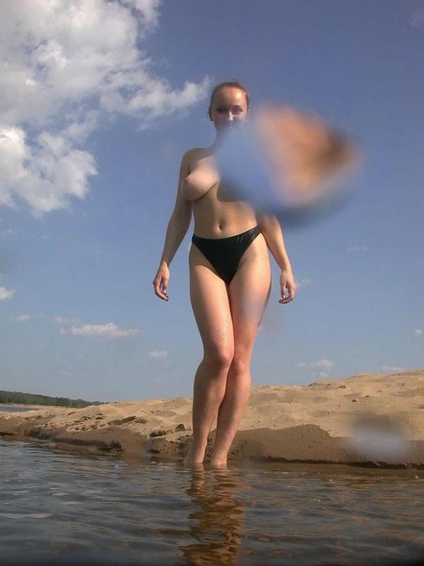 Голая русалка искупалась в чистом озере