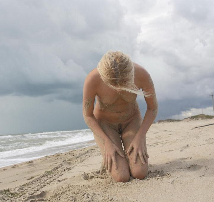 Светловолосая телка проводит время на берегу моря секс фото