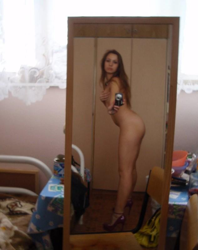 Длинноногая чика позирует в квартире без нижнего белья