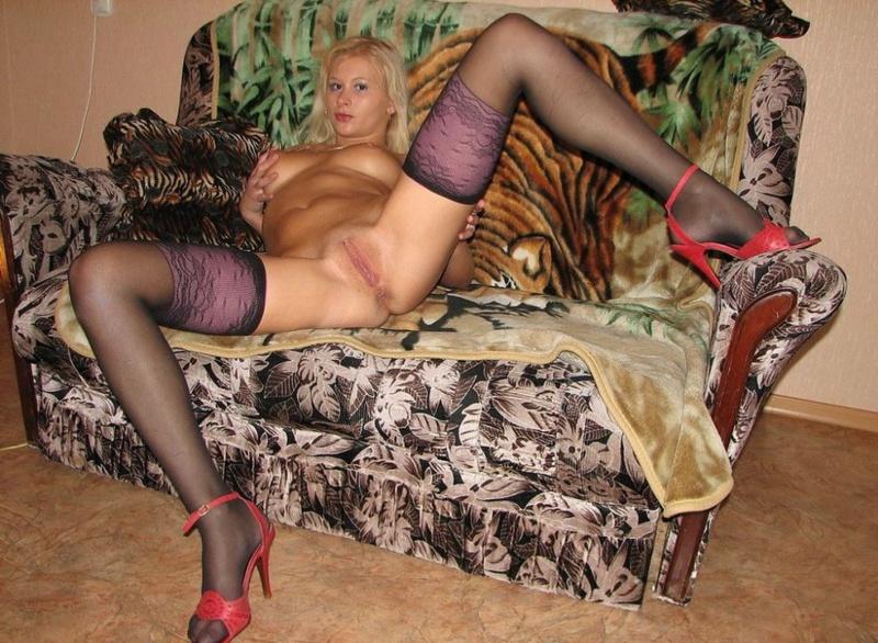 Яркая модель со свелыми волосами растопырила ноги на диванчике смотреть эротику
