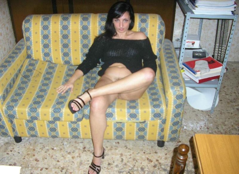 Лежа на диване, голая армянка трогает влажную писю