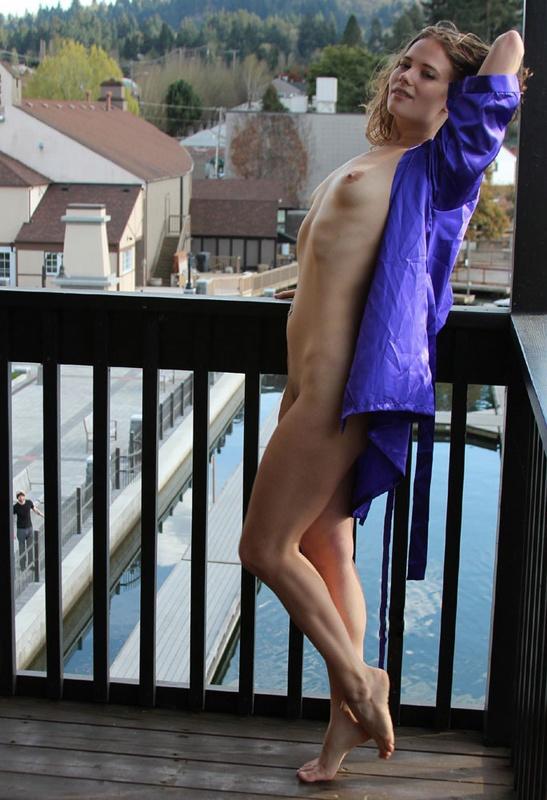 В Чехии красавица Встретила избранника голышом на балконе
