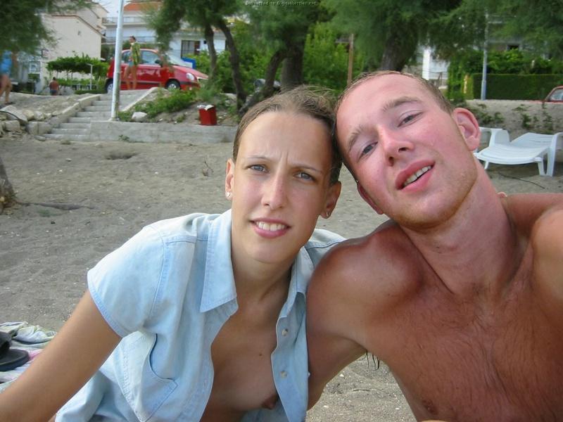 Бикса стоит на пляже и показывает сиськи