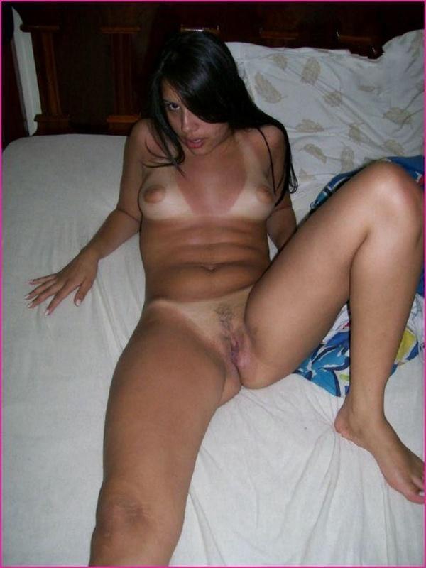 Обнаженная Анжелика на кроватке показывает вульву
