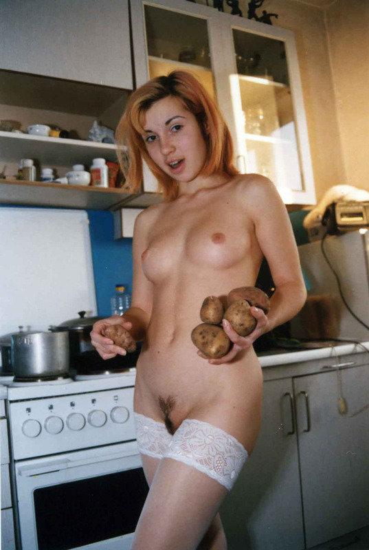 Домохозяйка в одних чулках возиться на кухне