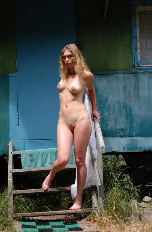 Летом на даче Кристина прогуливается без нижнего белья