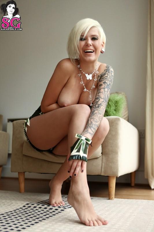 Блондинка с красивым телом позирует на полу с голыми титьками