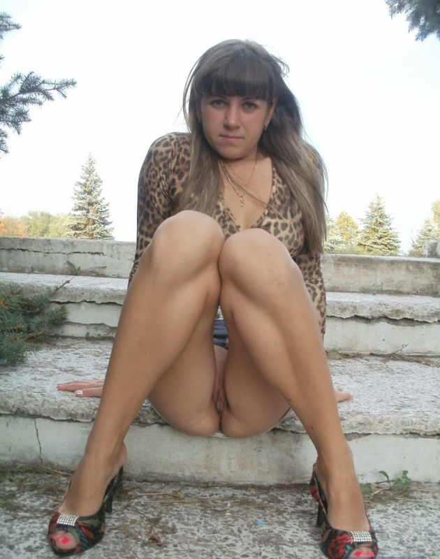 Бикса без стрингов проветривает письку в лесу смотреть эротику