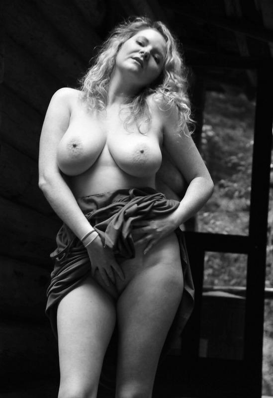 Зазноба показала большие буфера на крыльце избушки секс фото
