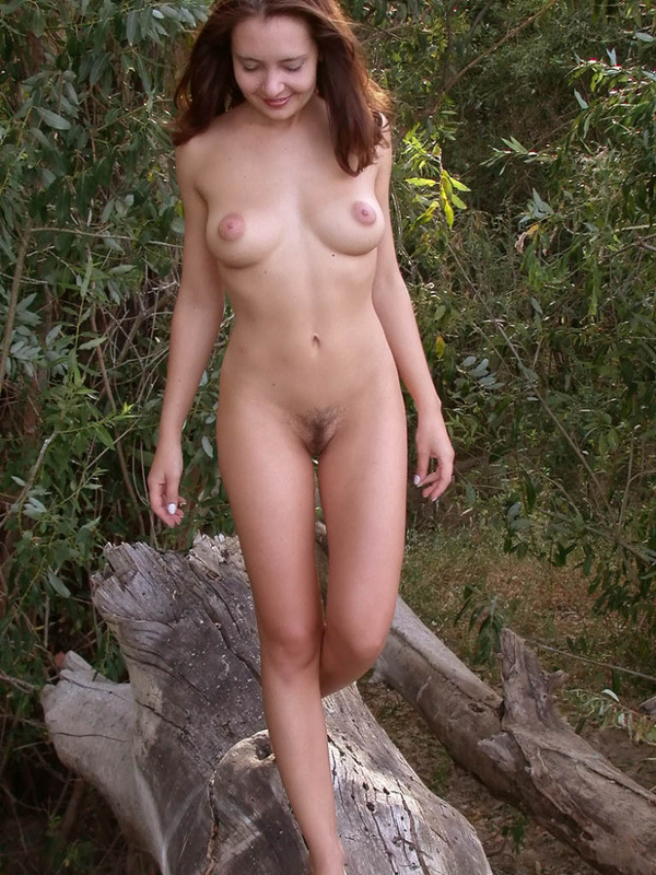 Похотливая бестия фоткается голышом среди деревьев смотреть эротику