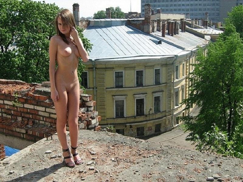 Настенька не стесняется появляться голой в людном месте секс фото