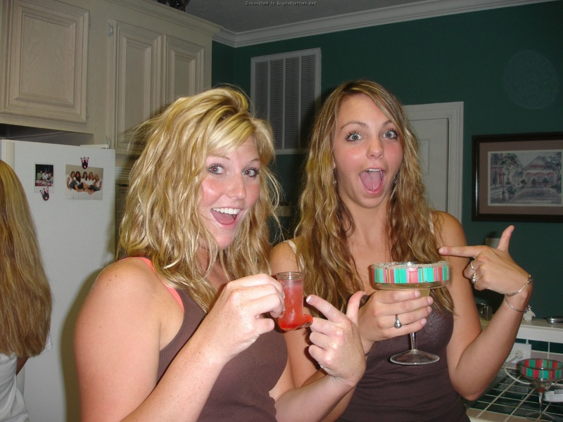 Юные девки играют на лесбийской вечеринке