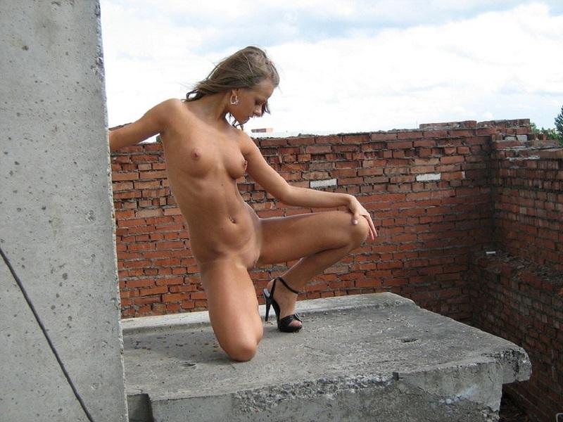 Интимная Машка гуляет голой по заброшенной стройке