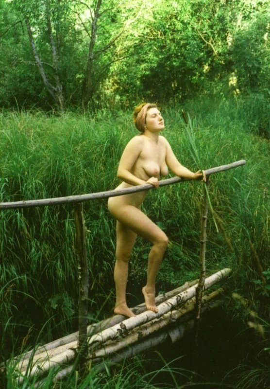 Обнаженная Развратница Устроила Эротическую Прогулку По Лесу Ретро Порно И Секс Фото