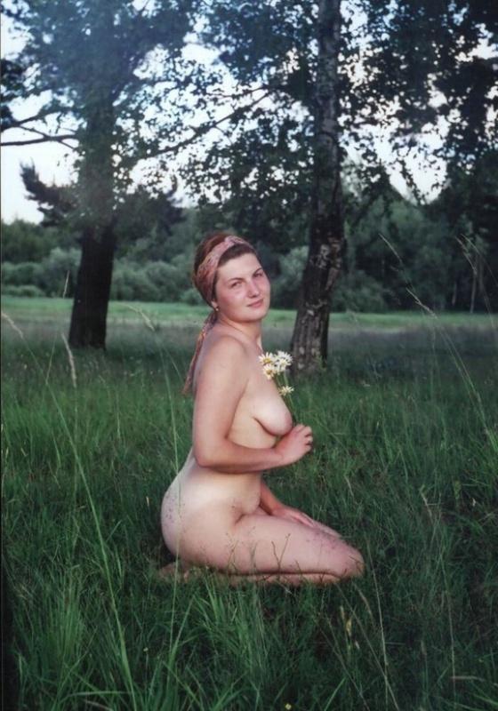 Обнаженная проститутка устроила эротическую прогулку по лесу