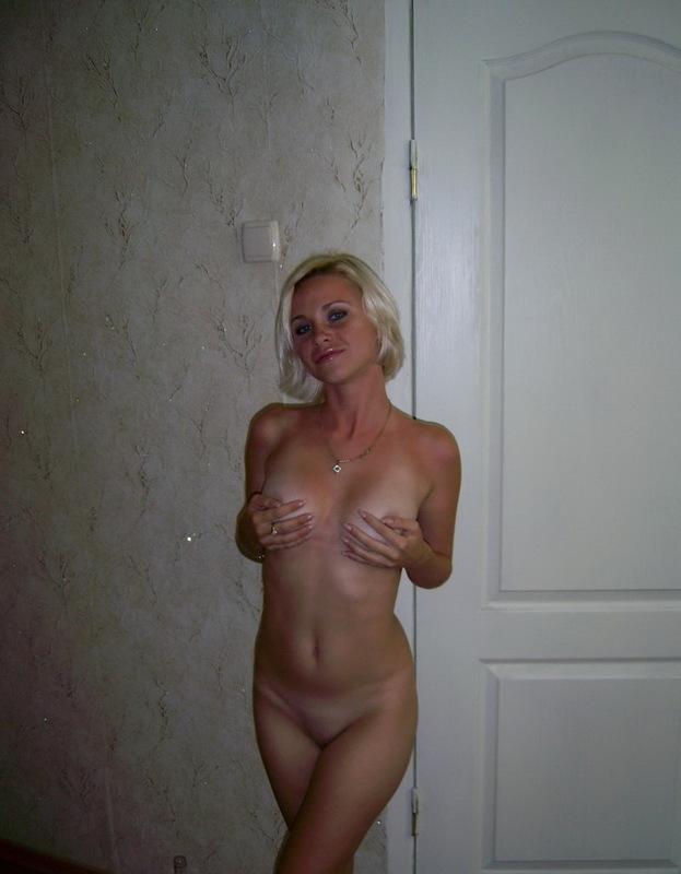 Голая блондинка проводит вечер дома у парня