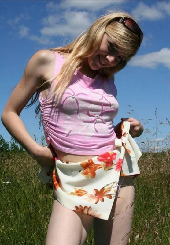 Умница вышла в поле чтобы там снять всю одежду полностью смотреть эротику