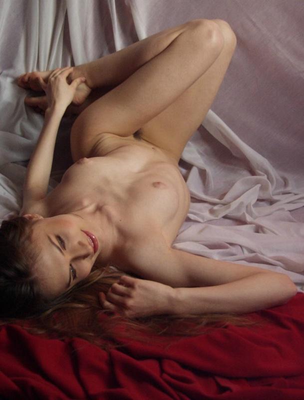 Молодая тёлка обнажает порнушку на красной и белой тканях