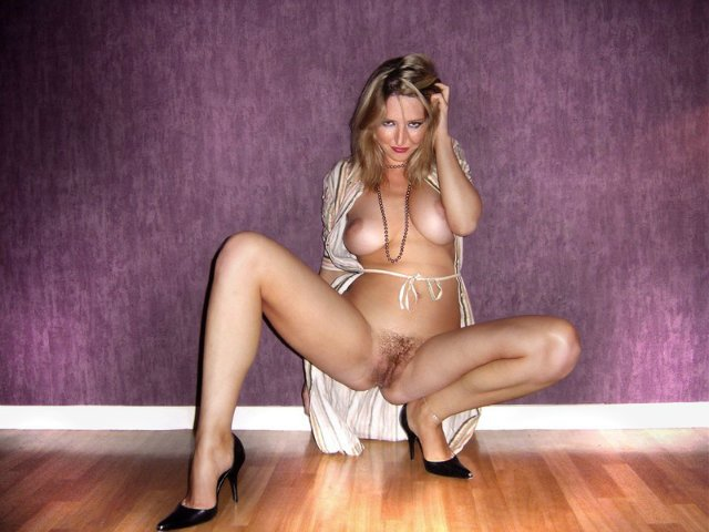 Русая проститутка спустила колготки дабы показать киску