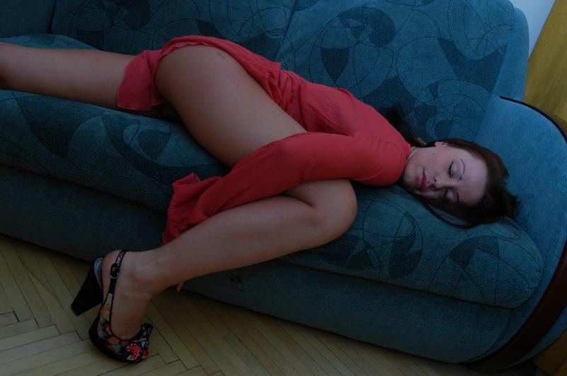 Красное платье не мешает грешнице показывать формы секс фото
