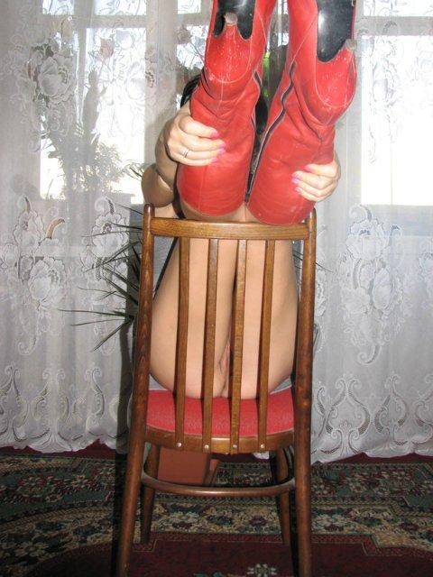 Брюнетка в красных сапогах бахвалится пердаком в зале секс фото