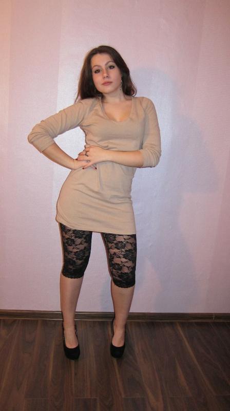 Игривая красотка делает селфи без одежды на койке секс фото