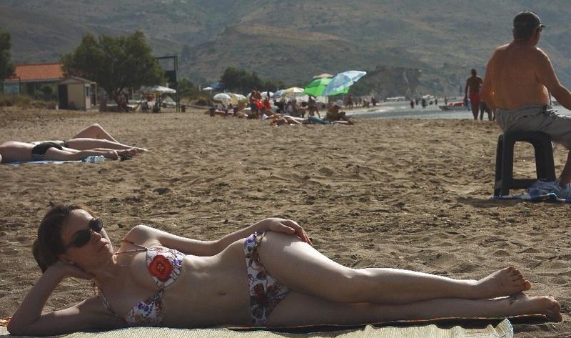 Влажная мамка выходит из моря на берег секс фото