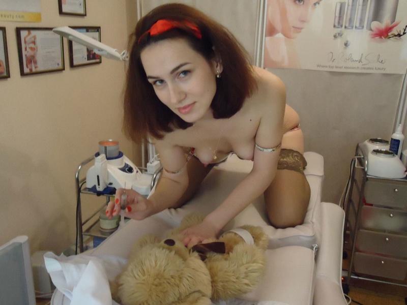 33 летняя докторша разделась до нижнего белья на рабочем месте порно фото