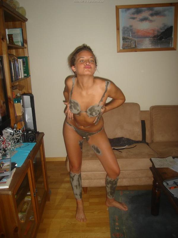 Грязная проститутка намазала прелести грязью в комнате