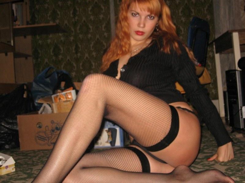Катюша сидя на кроватке прикрыла сиси ладонями