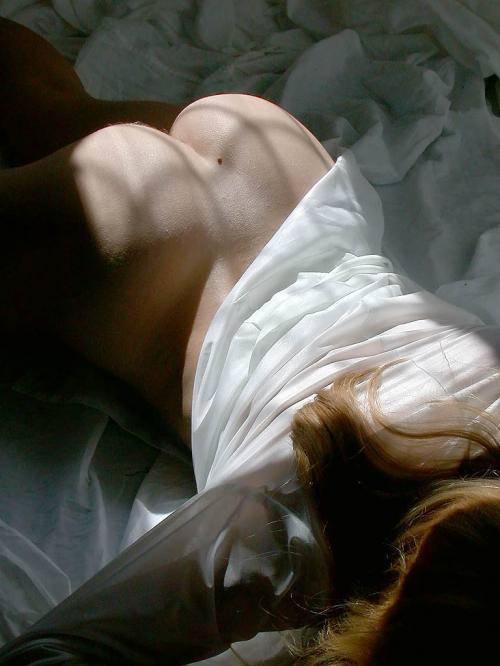 Девушка блистает интимными местами на простынях