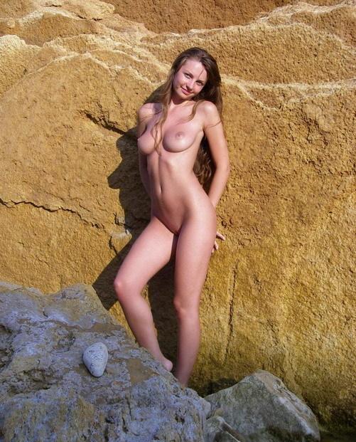 Божественная нимфоманка на пляже позирует голая