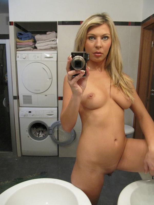 Пошлая мамка разделась догола в ванной комнате