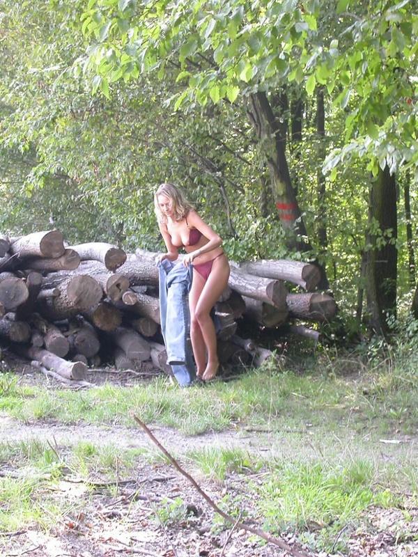 Городская сучка приехала в деревню чтобы погулять без одежды смотреть эротику
