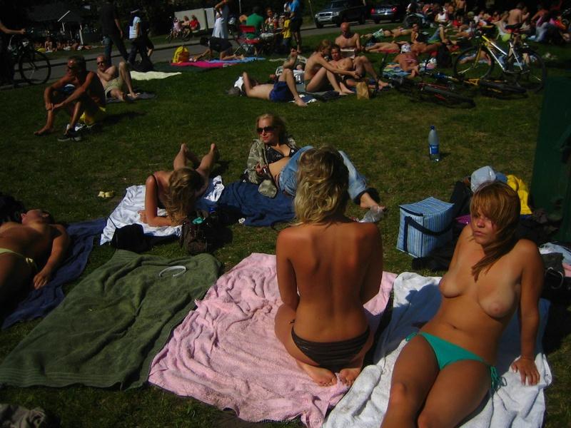 Смуглые лесбияночки отдыхают без лифчика на открытом воздухе