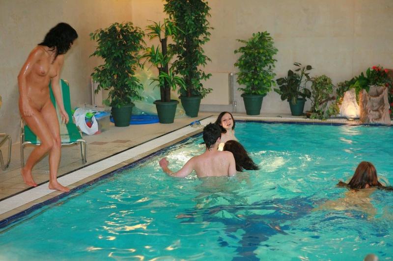 Симпатичные барышни не против провести выходной день в бассейне