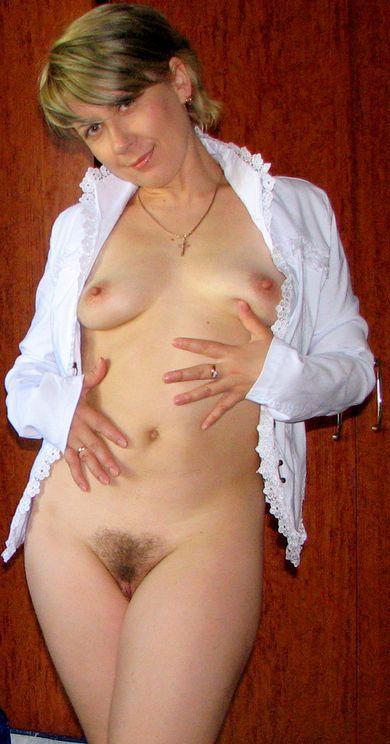 Заведенная мамочка возбуждает себя и стаскивает рубашку на лежанке