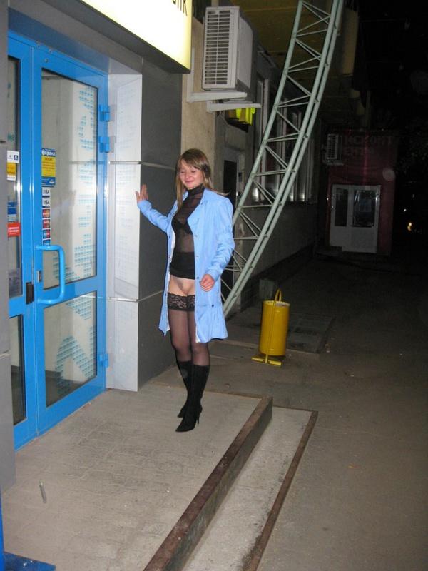 Симпатичная грешница снимает трусики за гаражами