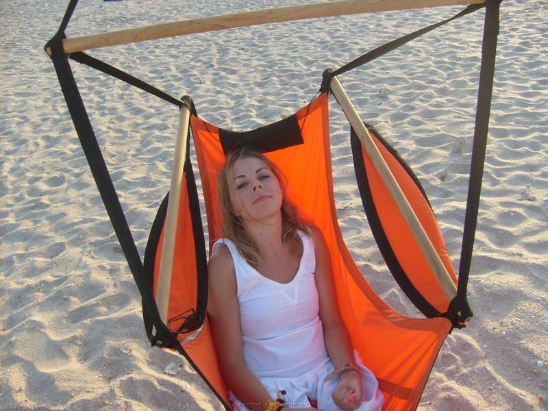 Выпившая бикса отдыхает на пляже топлес