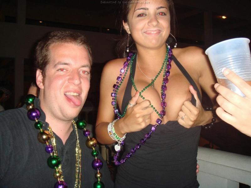 На вечеринке пьяная подруга светит сиськами